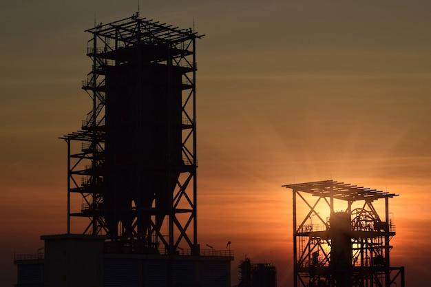 Chantier de construction silhouette et coucher de soleil