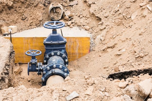 Chantier de construction avec vannes de conduite d'eau