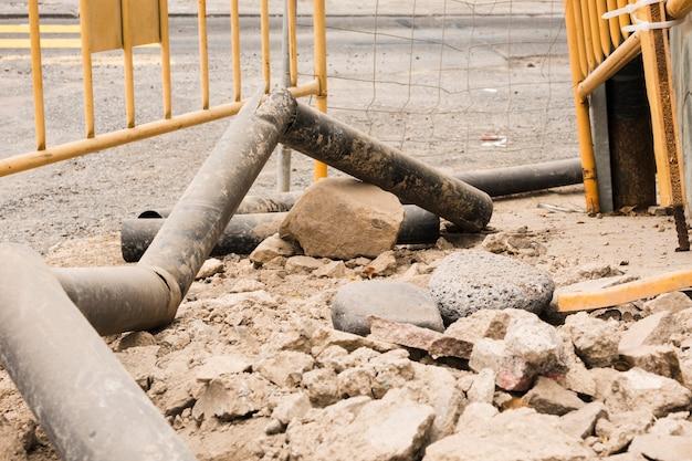 Chantier de construction avec de vieilles pipes