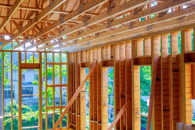 Chantier avec de nouvelles maisons en construction