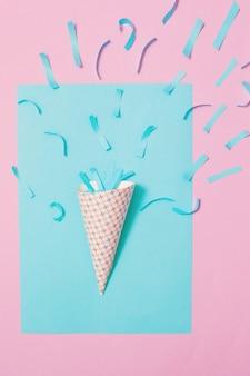 Chapeau d'anniversaire avec des confettis sur fond de papier