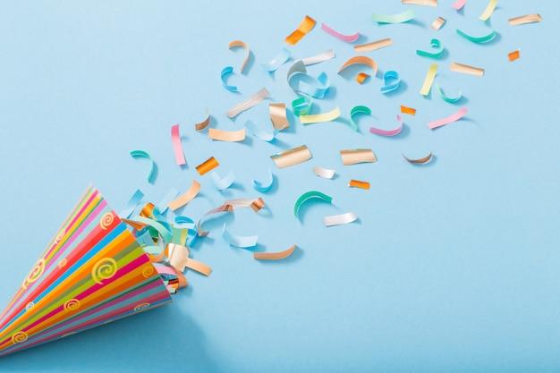 Chapeau d'anniversaire avec des confettis