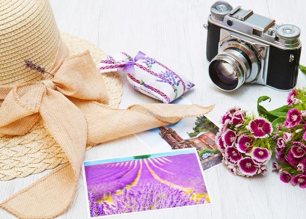 Chapeau, appareil photo, photo et fleurs sur blanc
