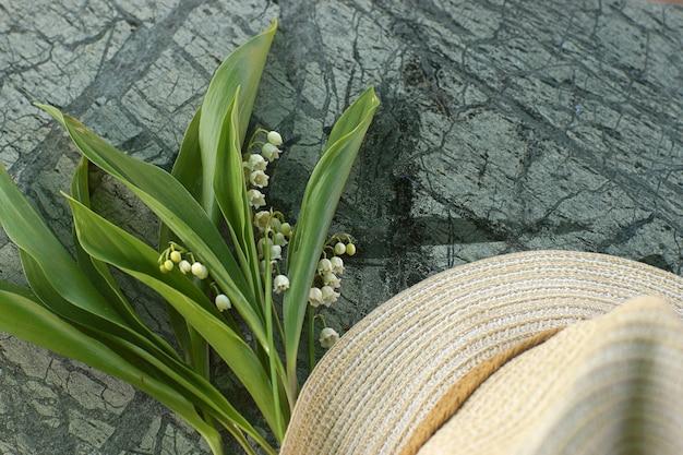 Chapeau avec un bouquet de lys blancs de la vallée