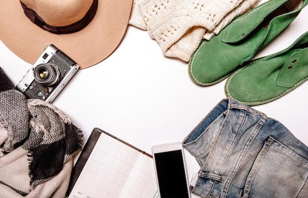 Chapeau caméra chandail jeans téléphone portable chaussures