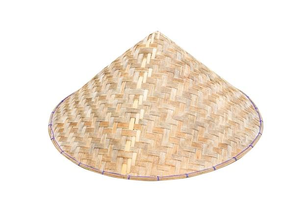 Chapeau conique vietnamien (non la) isolé sur fond blanc avec un tracé de détourage. image en gros plan.