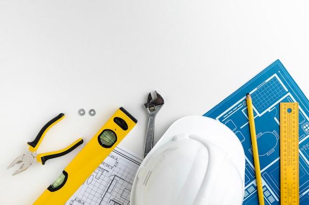Chapeau de construction avec niveau à bulle et règles