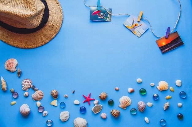 Chapeau et coquillages sur le fond bleu