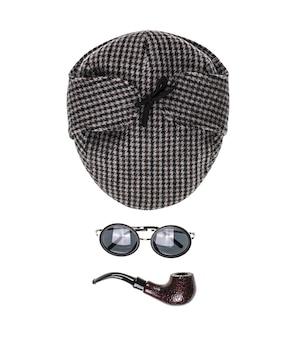 Chapeau de détective sur fond isolé blanc