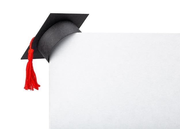 Chapeau de diplômé sur le coin de la bannière en papier. maquette isolé sur fond blanc.