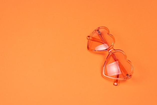 Chapeau d'été posé sur les cheveux roses sur orange