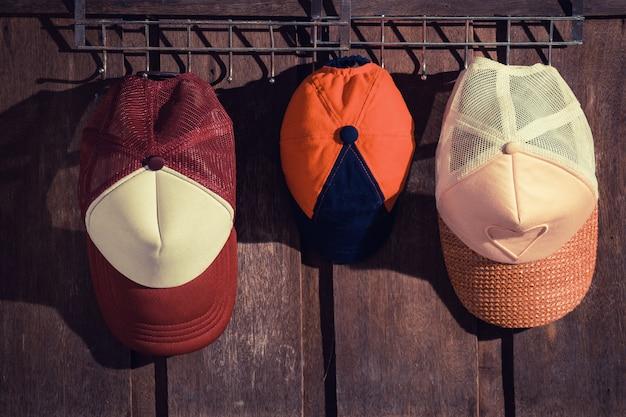 Chapeau de famille accroché au mur en bois