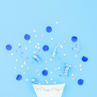 Chapeau de fête d'anniversaire avec des confettis