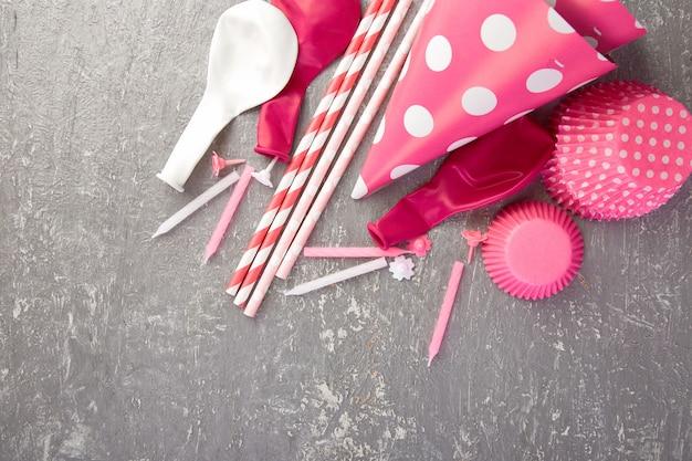 Chapeau de fête en papier rose.