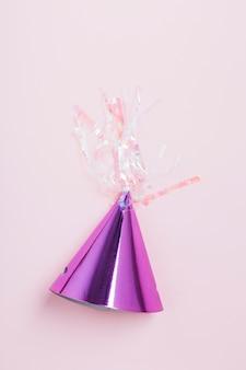 Chapeau de fête violet avec angle de vue élevé sur fond rose