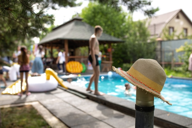 Chapeau sur le fond d'une pool party.