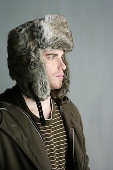 Chapeau de fourrure hiver jeune homme brun automne