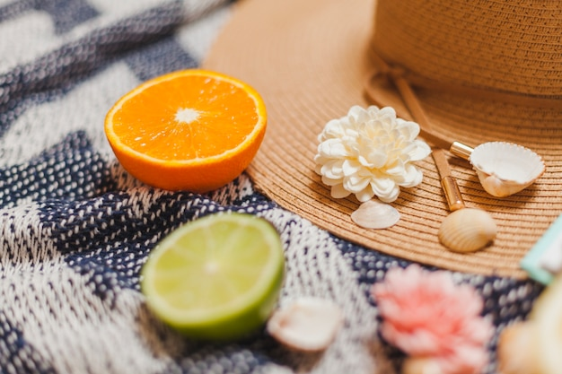 Chapeau de fruits et de plage