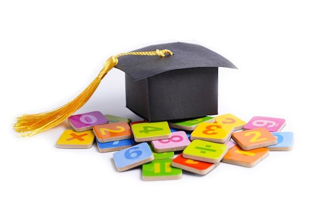 Chapeau de graduation sur nombre de maths.