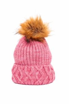 Chapeau d'hiver rose isolé sur fond blanc