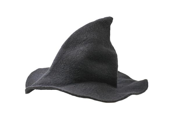 Chapeau de laine de sorcière isolé sur mur blanc.