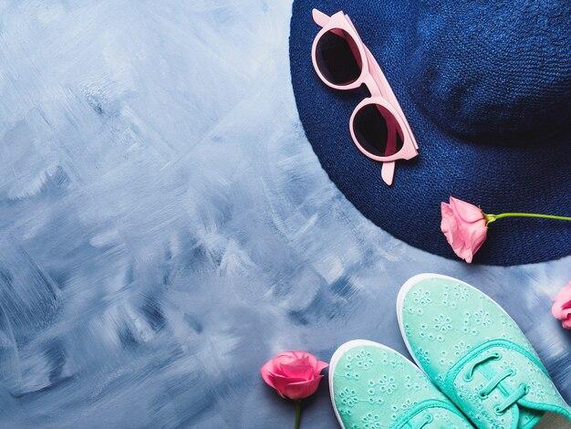 Chapeau, lunettes de soleil et chaussures