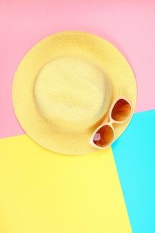 Chapeau, lunettes de soleil sur pastel tricolore