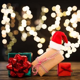 Chapeau de noël sur les cadeaux