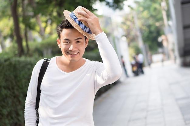 Chapeau d'ouverture touristique homme heureux, environnement urbain de la ville saine