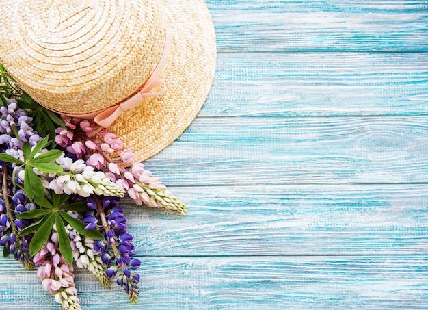 Chapeau de paille et fleurs de lupin