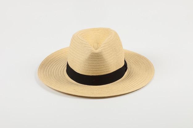 Chapeau de paille sur fond blanc