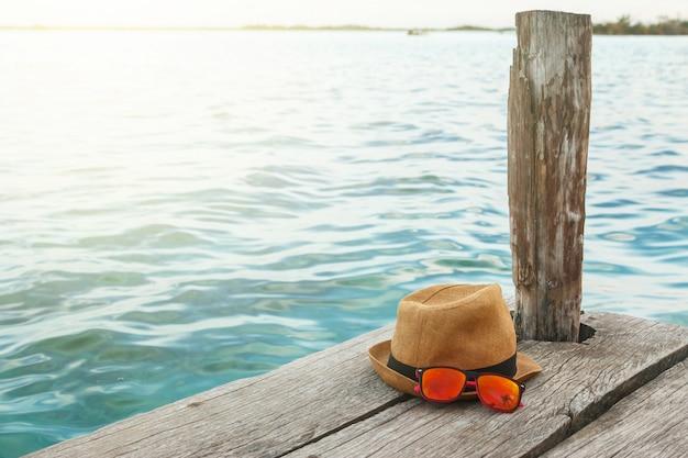 Chapeau de paille et lunettes de soleil