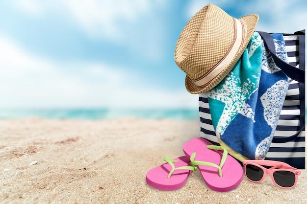 Chapeau de paille et panier pour la plage