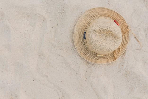 Chapeau de paille sur une plage tropicale