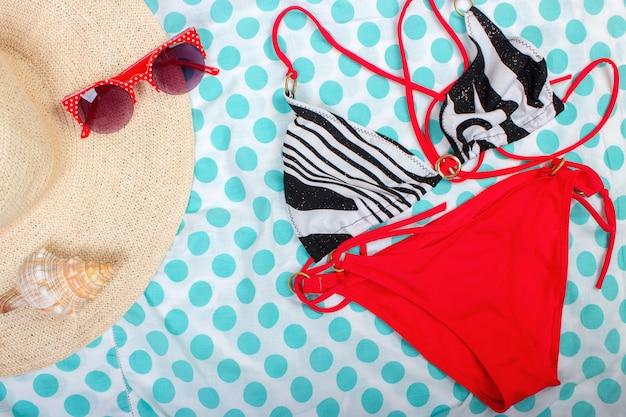 Chapeau de paille pour femme lunettes de soleil vue de dessus seashell maillot de bain pour femme avec espace pour le texte.