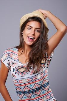 Le chapeau de paille rappelle la merveilleuse heure d'été