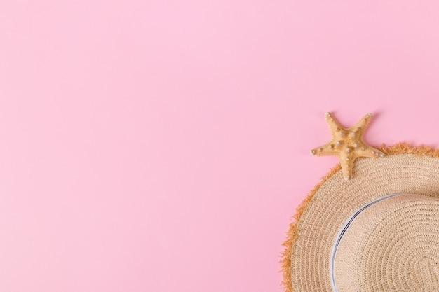 Chapeau de paille rétro jaune avec vue de dessus seastar avec espace de copie. concept d'été sur fond rose.