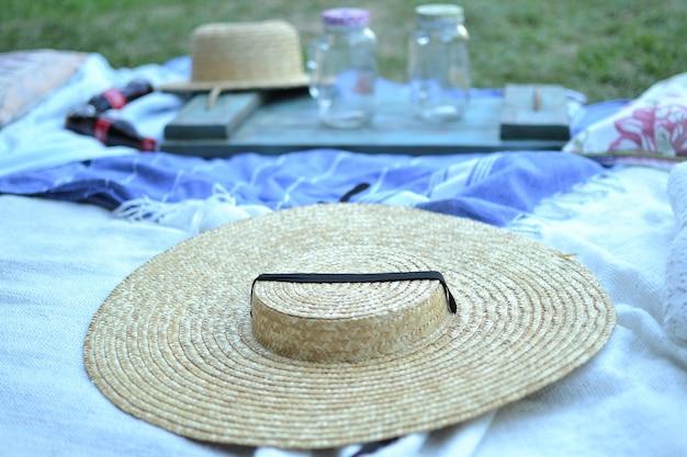 Un chapeau de paille avec un ruban noir