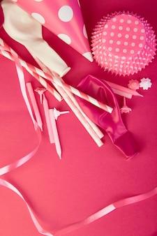 Chapeau de papier rose de fête.