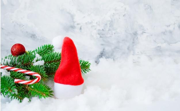 Chapeau de père noël, branches de sapin, espace de copie de neige