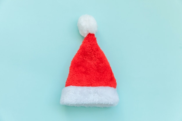 Chapeau de père noël de conception simplement minimal isolé sur bleu pastel coloré