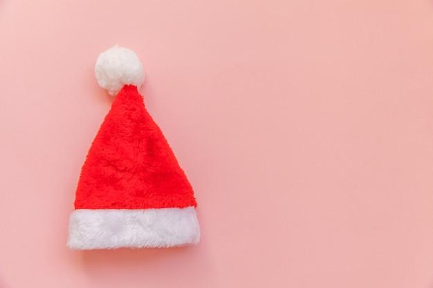 Chapeau de père noël de conception simplement minimaliste isolé sur pastel rose