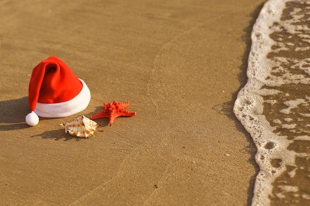 Chapeau de père noël sur la plage