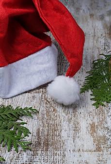 Chapeau de père noël rouge en fond en bois clair