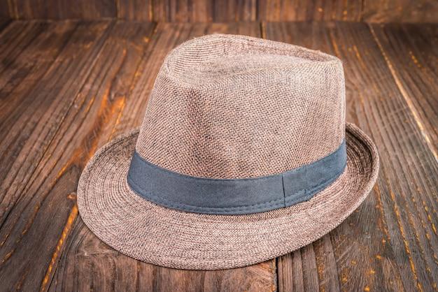 Chapeau de plage sur fond en bois
