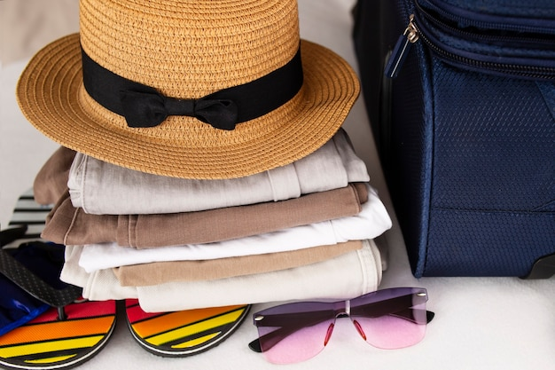 Chapeau de plage, lunettes de soleil et accessoires