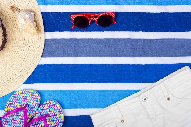 Chapeau de plage pour femme, lunettes de soleil, vue de dessus shorts seashell tongs