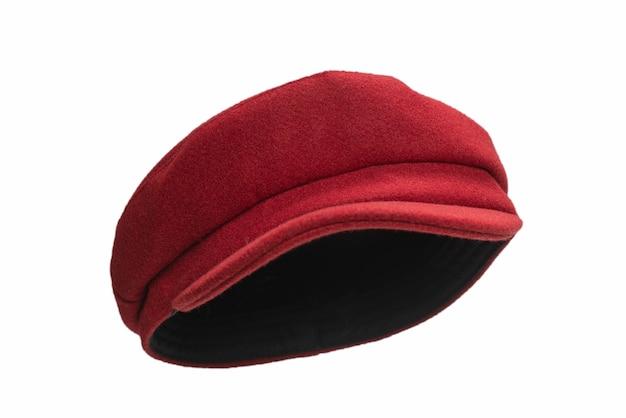 Chapeau rouge femelle avec une visière isolée sur une surface blanche