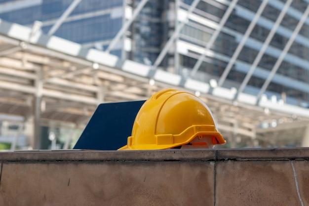 Chapeau de sécurité jaune avec un ordinateur portable au sol