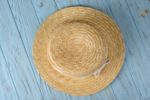 Chapeau Sur Une Table Bleue Photo Premium